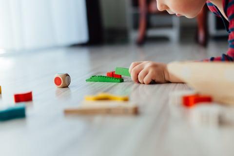 子供 おもちゃ ブロック 床