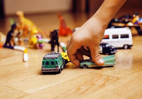 床にちらばるおもちゃ