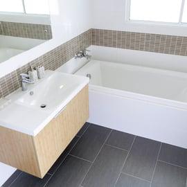 浴槽の黒ずみの落とし方|バスタブや浴槽に付く黒い汚れの正体は?