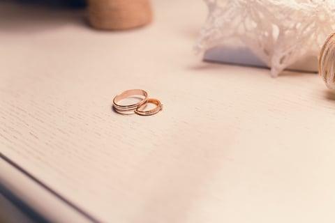 指輪とテーブル