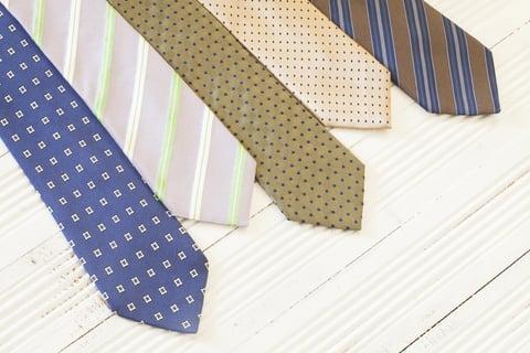 平積みのネクタイ