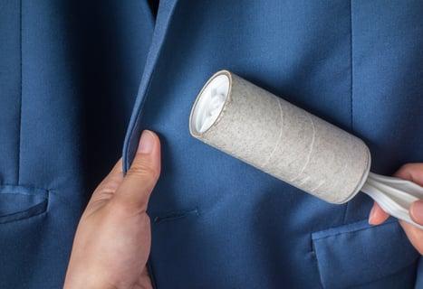 スーツとブラシ