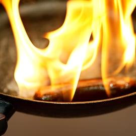 鉄鍋の焦げの落とし方|重曹や空焚きで簡単に焦げ付き退治!