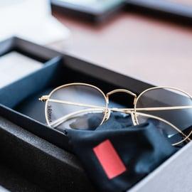 箱に入ったメガネ