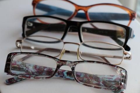 並べられたメガネ