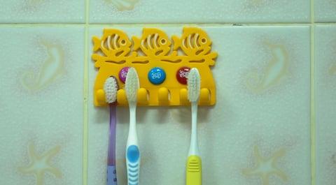 歯ブラシをかける