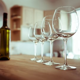 並べたワイングラス