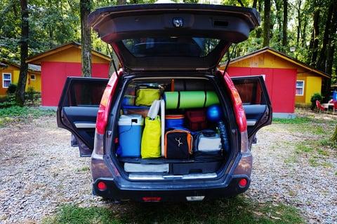 車に詰め込まれたキャンプ用品