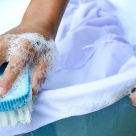襟汚れを防止する方法|洗濯の手間を省ける道具がある!