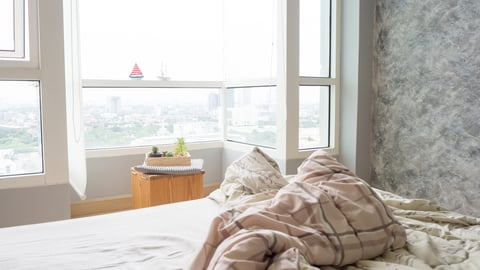 窓 寝室 ベッド