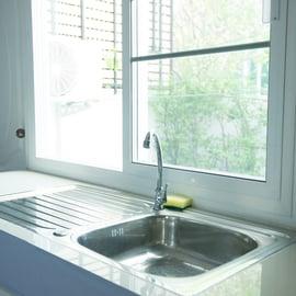 キッチンの水垢の落とし方!掃除でピカピカに戻せる?