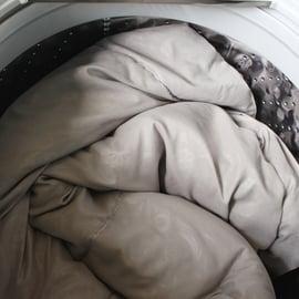 羽毛布団は洗濯機で洗えるの?洗い方のポイントや洗濯表示の見方は?