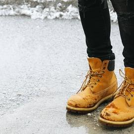 靴 雨 泥