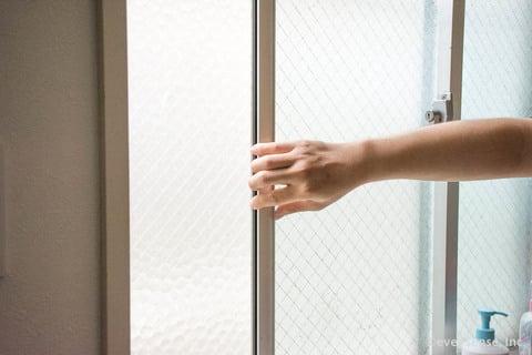 窓ガラス 換気 網戸