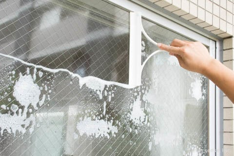 スクイージーワイパーで窓掃除