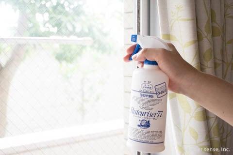 消毒スプレーを窓に吹きかける パストリーゼ