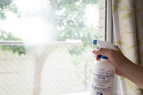 窓ガラスをアルコールスプレーで掃除