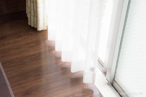 窓から光が差し込むカーテン