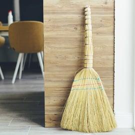 ほうきのおすすめ8選!室内や玄関の掃除に人気の種類は?
