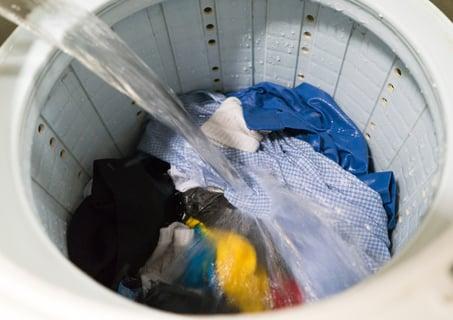 洗濯機の洋服に注水