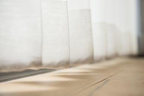 カーテンの裾 フローリング床