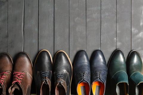 革靴を玄関にならべる