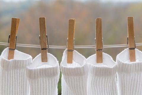 靴下を洗濯ばさみで干す