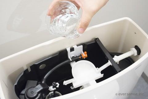 トイレタンクに水を流す