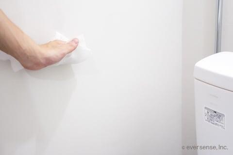 トイレの壁を拭き掃除