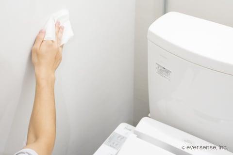 トイレの壁の拭き掃除