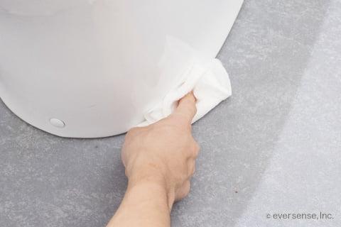 トイレの便器と床の間を拭く