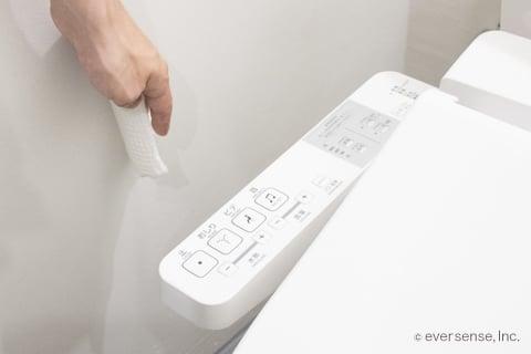 トイレの壁を拭く