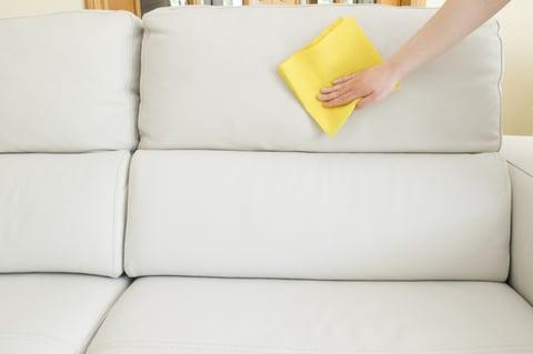 ソファを拭き掃除