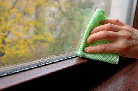窓の結露の掃除 カーテンのカビ予防