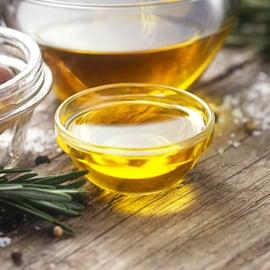 油の捨て方|揚げ物油や賞味期限切れはどう処理する?固める?