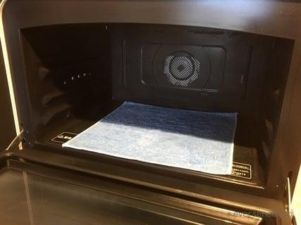 オリジナル 電子レンジに布巾を置く