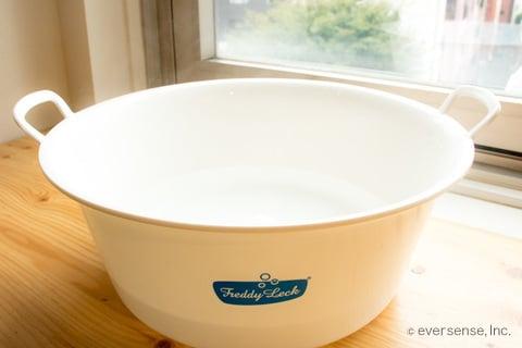 洗面器にお湯を入れる