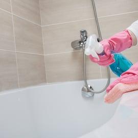 お風呂浴槽に洗剤を吹きかける
