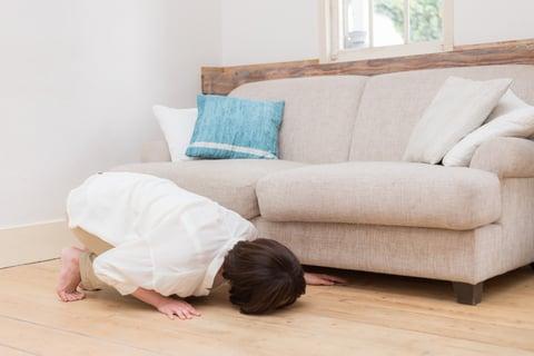 ソファの下の細い隙間を掃除