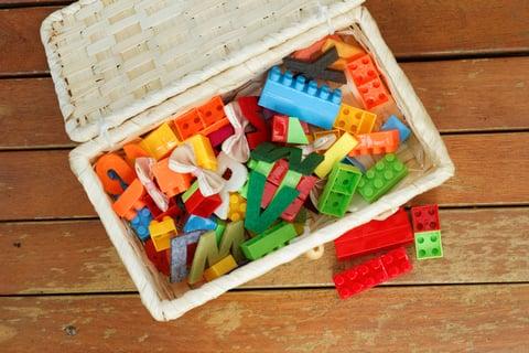 子供のおもちゃを箱(ボックスケース)に入れる