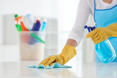洗剤をスプレーして拭き掃除