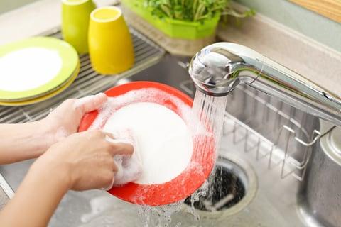 キッチンシンクで皿洗い