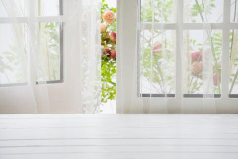 窓を開けて換気する カーテンのカビ予防