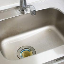 【実践解説】キッチンハイターで排水口やシンクのヌメリを掃除する