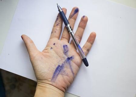 油性ペンのインクが手に漏れる