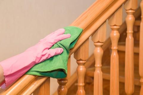 階段の手すりを掃除する