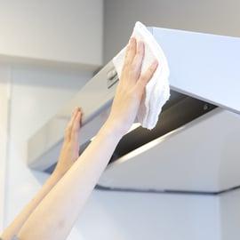 レンジフードの掃除方法|おすすめの洗剤や洗い方は?重曹も使える?