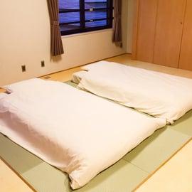 畳に布団を敷く