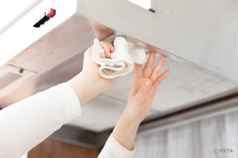 キッチンの換気扇を拭く
