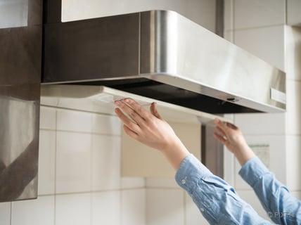 キッチンの換気扇のフィルターを外す